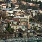 Budynki nad rzeką Rioni przepływającą przez Kutaisi