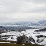 Widok na Surami ze wzgórza przy cerkwi