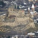 Widok na Surami ze wzgórza przy cerkwi. Zamek