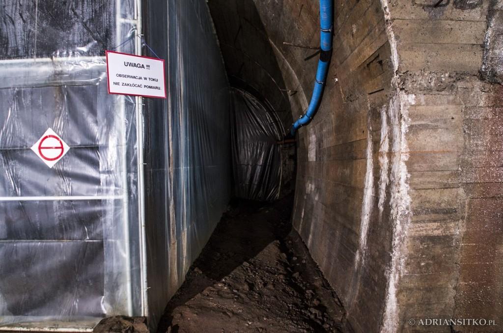 Podziemne tunele Zamku Książ. Za folią znajduje się Laboratorium Geodynamiczne.