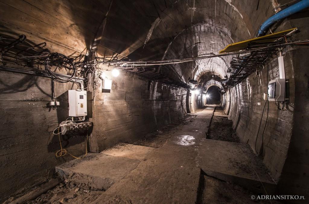 Podziemne tunele Zamku Książ. W tym miejscu nad nami znajdują się kamienne lwy przed dziedzińcem zamku.