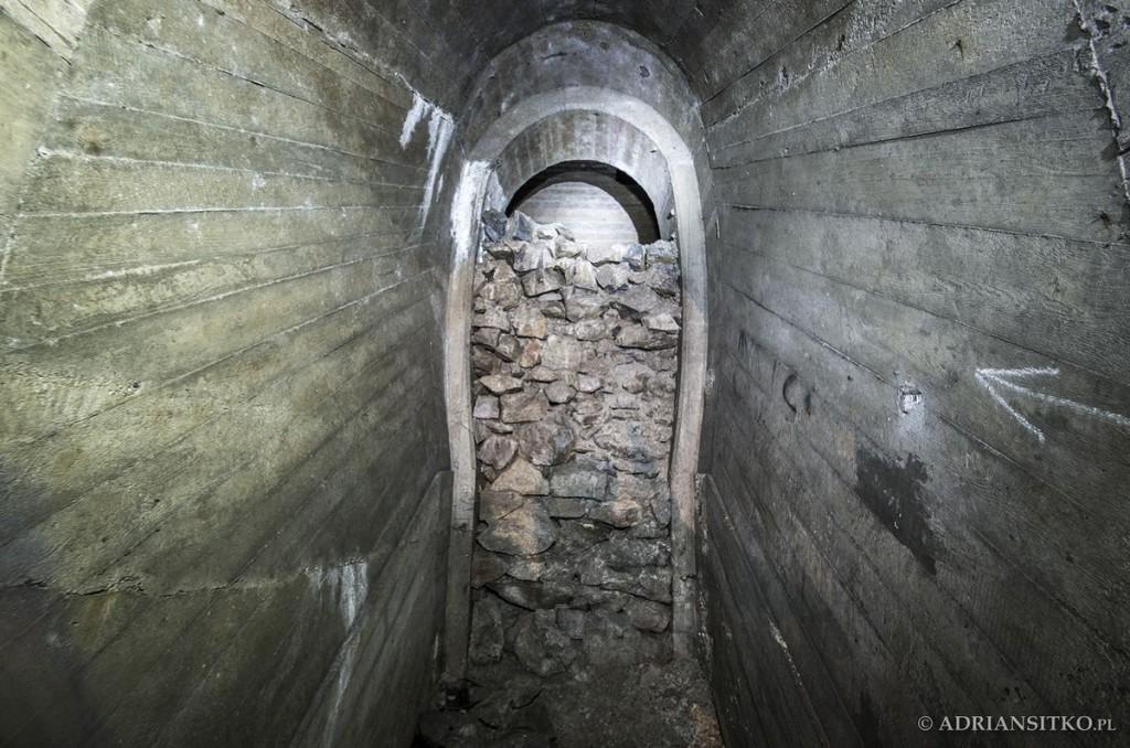 Podziemne tunele Zamku Książ. To tutaj prowadził ogromny szyb znajdujący się przed zamkiem. Teren zapadł się w ok. 2000 roku, wtedy ostatecznie szyb zasypano.