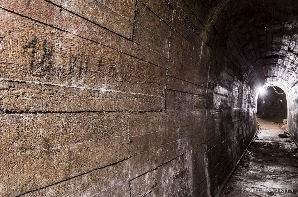 Podziemne tunele Zamku Książ. Widoczna data.