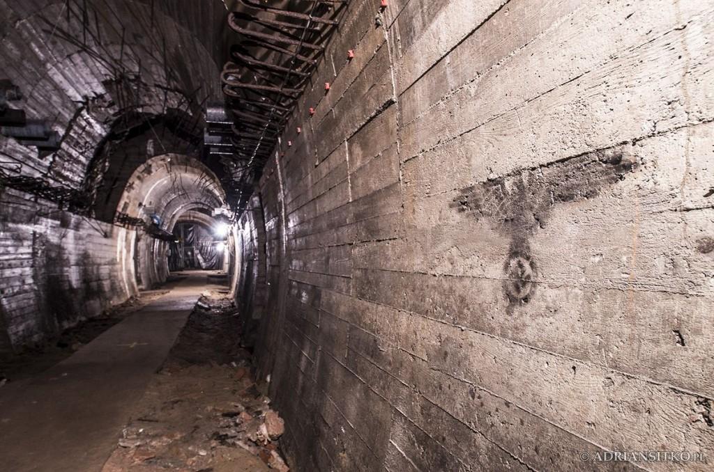 Podziemne tunele Zamku Książ. Widoczny znak nie jest oryginalny, powstał podczas nagrywania jednego z programów o tajemnicach zamku.