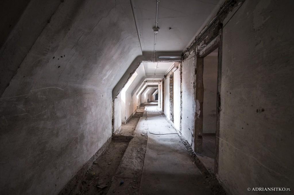Zamek Książ, korytarz z pokoikami dla podkuchennych.