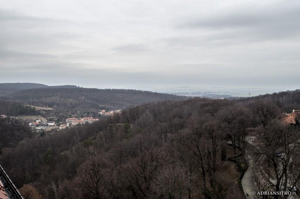 Zamek Książ, widok z zamkowych okien. W tle Pełcznica, dzielnica Świebodzic.